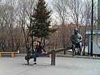 Парк вдоль набережной. Китайцы любят назидательные скульптуры-