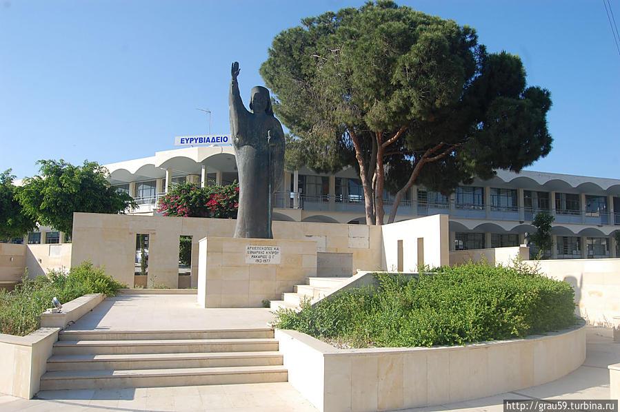 На заднем фоне здание школы, на переднем одна из многочисленных копий памятника архиепископу Макариосу III