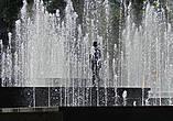 внутри фонтана живой ребенок, в жару ему можно только позавидовать...