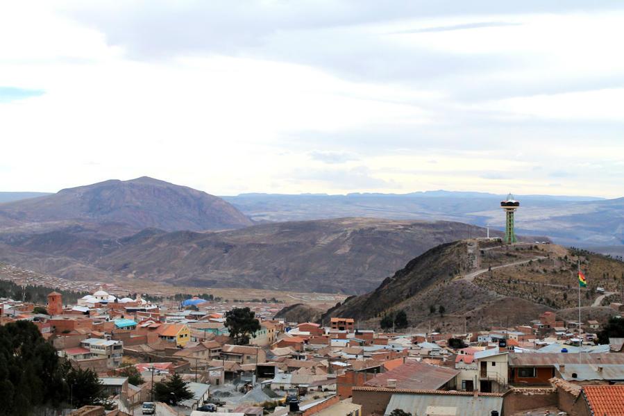 вид в восточном направлении, сооружение на горке это вращающийся панорамный ресторан — mirador giratorio Pari Orko