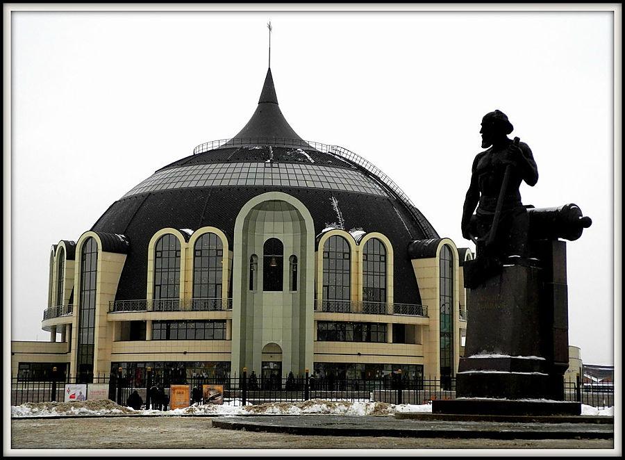 Справа памятник Никите Демидову.
