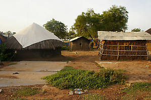 Часть районов Джубы — обычная деревенская застройка. Хижины из соломы и глины.