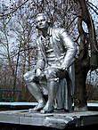 Скульптура Михайло Ломоносова установлена во дворе школы №37.