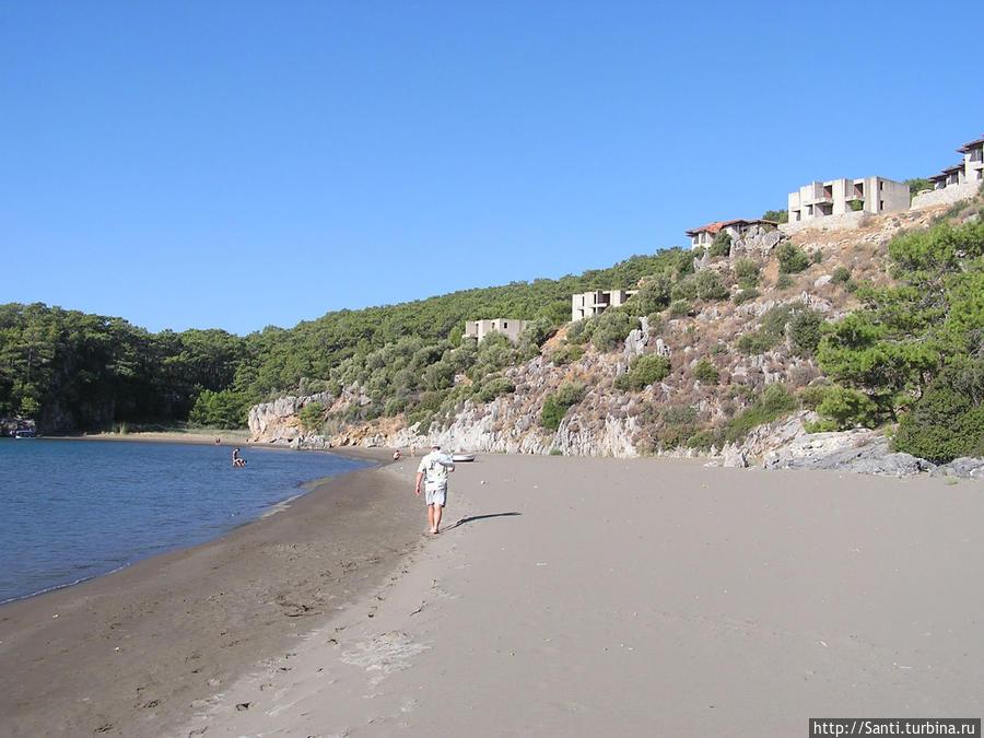 Береговая линия быстро переходит от оборудованных пляжей 5-6 отелей вот в такую дикую территорию