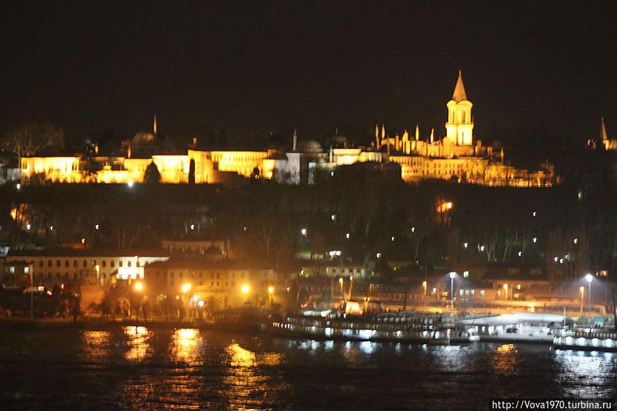 Вид на дворец Топкапы вечером.