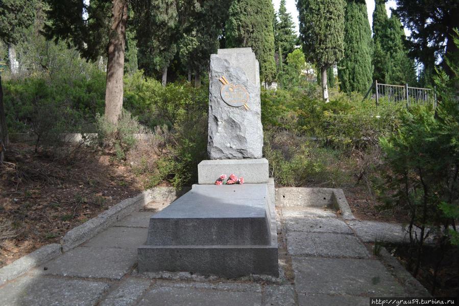 Постамент на могиле художника