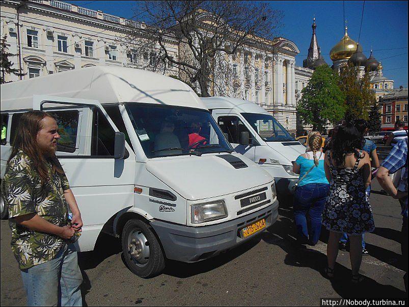Экскурсионный транспорт. Для нашей экскурсии пришлось вызывать большой автобус — в микроавтобусе всем не хватило места.