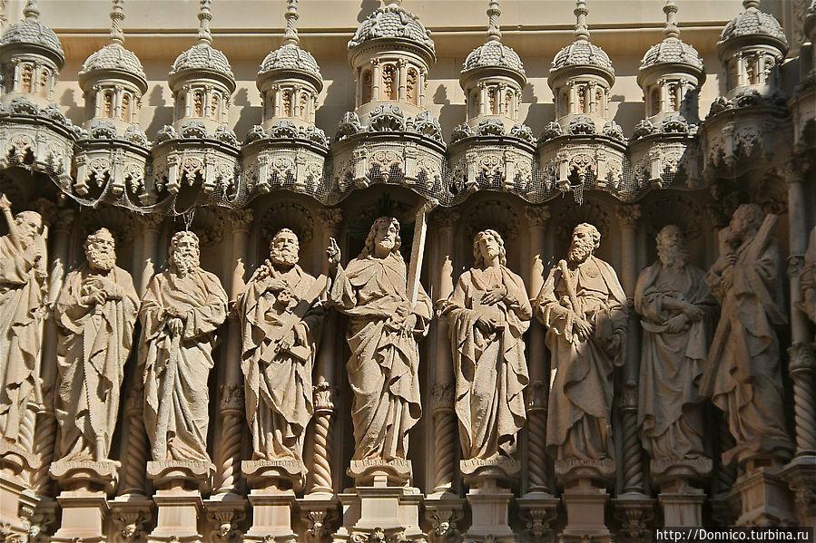 Иисус в центре и по 6 апостолов с каждой стороны