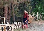 У многих утро начинается со сбора хвороста в лесу