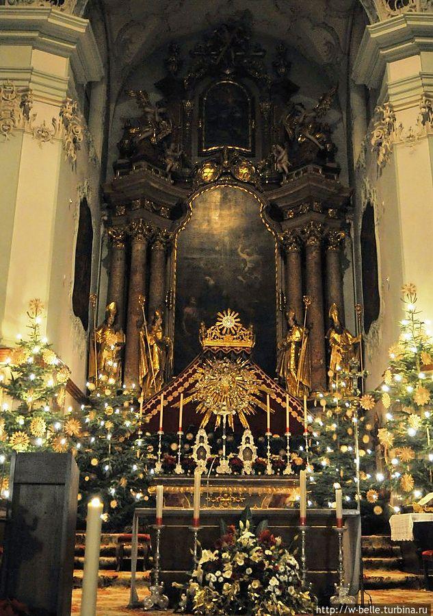 Собор Св. Петра (Stiftskirche Sankt Peter) в аббатстве построен в 1143 г.