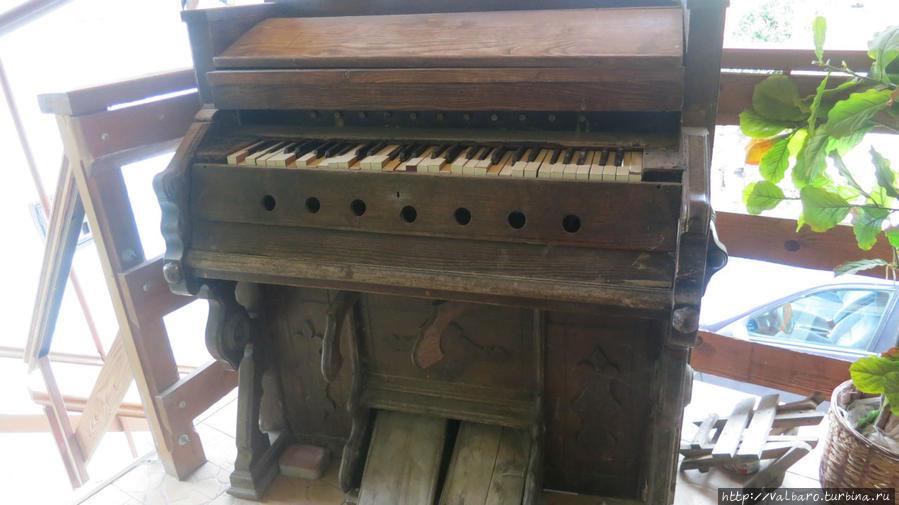 Древнее пианино (?) на террасе