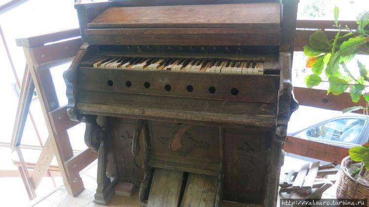 Древнее пианино (?) на те