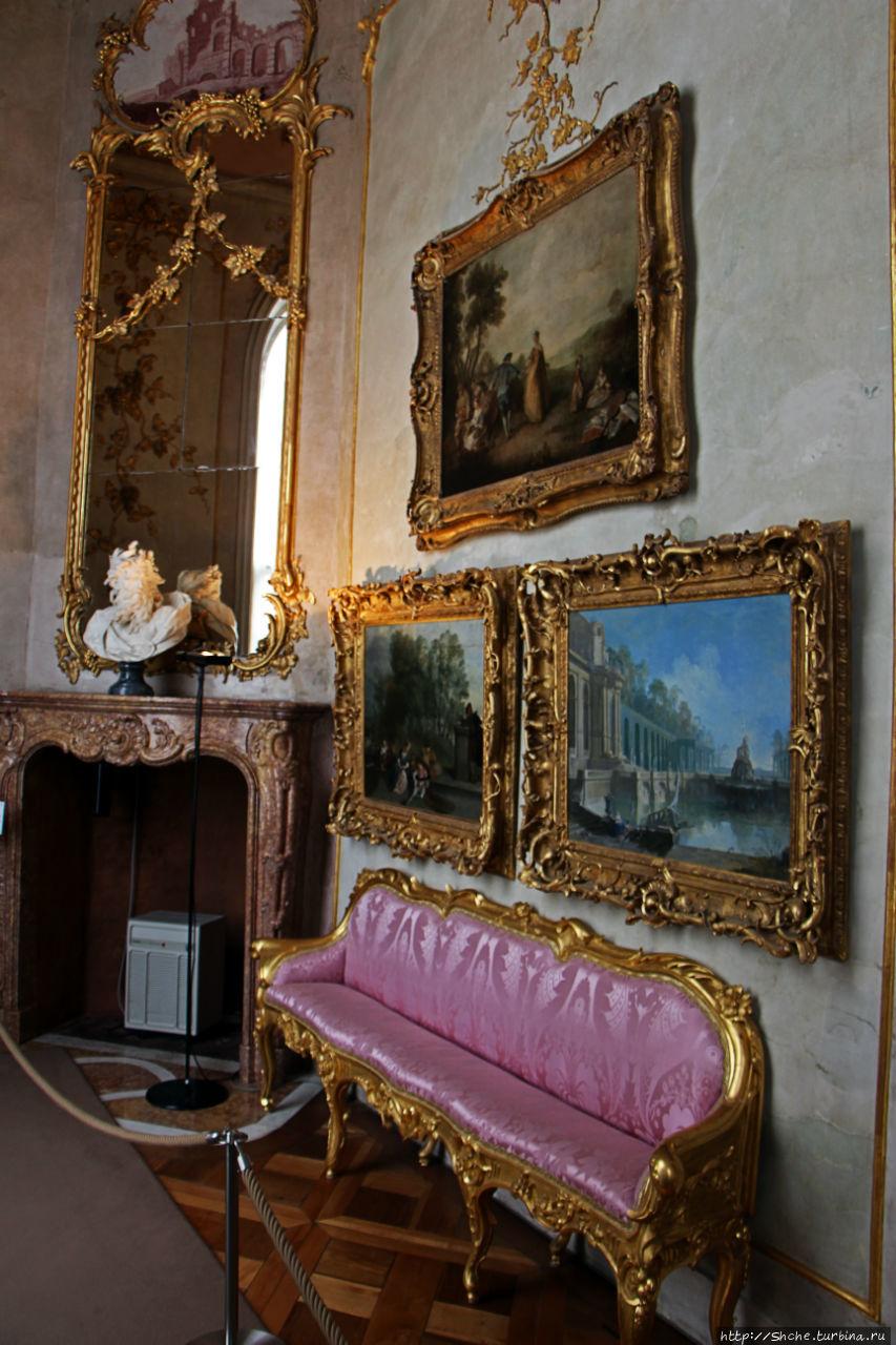 Вдоль стен стоят диванчики, разработанные лично королем. На них не удобно сидеть, предполагается, что они просто поставлены, что бы посетители не могли случайно повредить полотна...