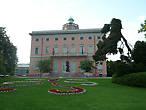 Вилла Чиани примечательна тем, что в ней располагается Городской музей. А еще тем, что когда-то здесь скрывался от своих преследователей Гарибальди, вынужденный покинуть родину.