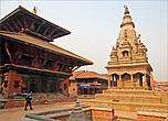 Отличается особым изяществом шедевр архитектурного искусства — светлый каменный храм Ватсала Дурга с деревянной резьбой, построенный в 1672 году