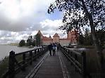К расположенному в двухстах метрах от берега замку на острове ведёт длинный деревянный мост