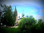 Воскресенская церковь среди зелени