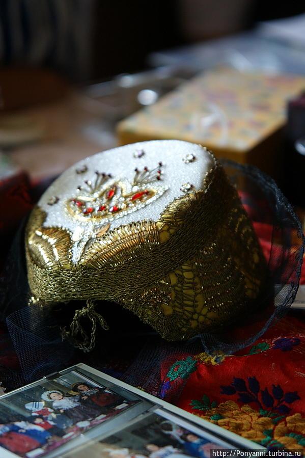 Головной убор невесты вышивался золотыми нитками. Шварцвальд, Германия