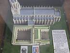 На макете видно, что к церкви ранее примыкал колледж, основанный Эдмундом Ланглем, первым герцогом Йоркским. Колледж существовал с 1410 года до 1548 и занимал площадь в 2 акра. Это было великолепное заведение, достойное королей. Заканчивал строительство Ричард Плантагенет, самый известный из Йорков