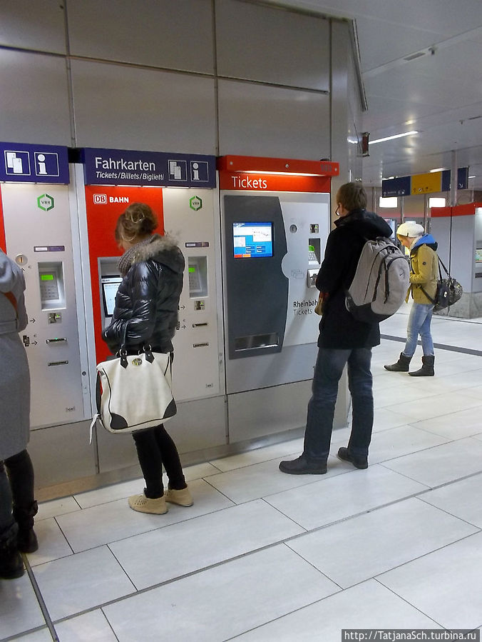 Проездные билеты покупают в таких автоматах, как этот