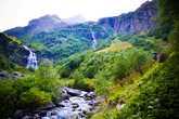 Отойдя от домика пару километров, тропа начала набирать высоту, огибая встречающиеся на пути водопады. К сожалению, фотографиями не удалось передать ту мощь и величие имеретинских водопадов, которой они поражают в реальности.