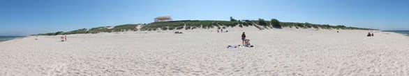 И слева до горизонта — песок, и справа до горизонта — песок. Голубое небо, ласковое Балтийское море и всем этим вы можете пользоваться практически безраздельно! Пока не покроетесь корочкой от яркого солнца)))
