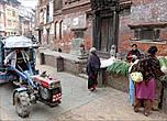 Транспортных средств на улицах Бхактапура практически не встретить. Попадаются вот такие машинки, смахивающие на тракторы