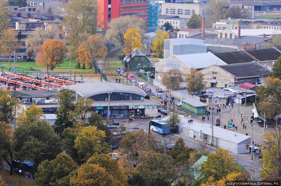 Часто туристы обходят вниманием Балтийский вокзал, а здесь ведь такие красивые поезда, а рядом Вокзальный  рынок, то еще злачное местечко (справа)!