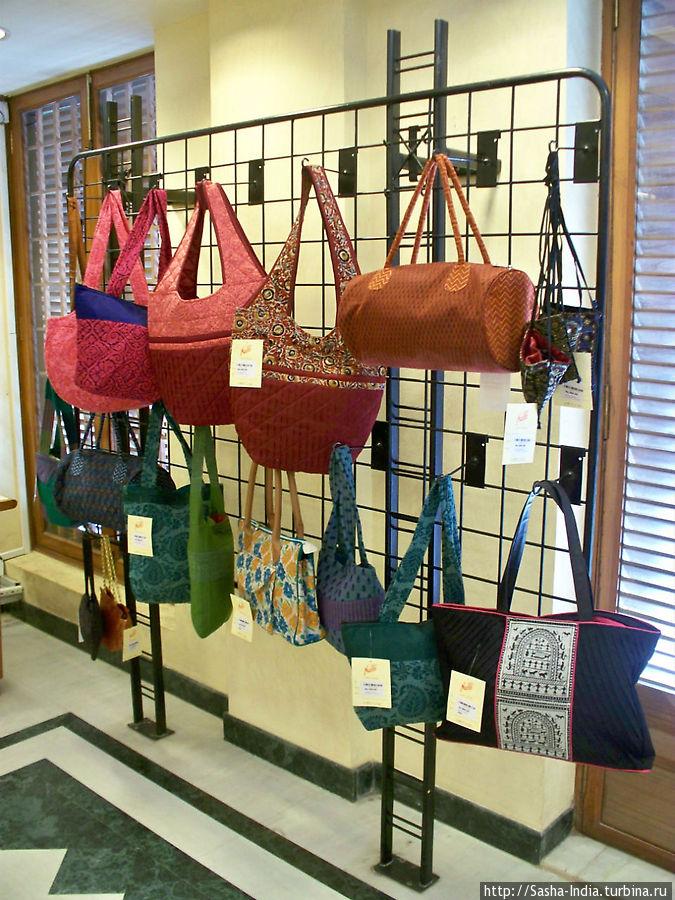 Есть также женские сумочки в индийском стиле