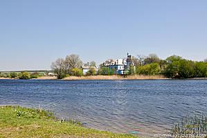 Перед усадьбой реку перегородили плотиной, образовав тем самым живописный пруд — популярное место отдыха у местных жителей.