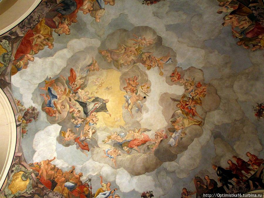 Великолепную фреску на потолке внутреннего зала в 1748 году выполнил К. Коварж.