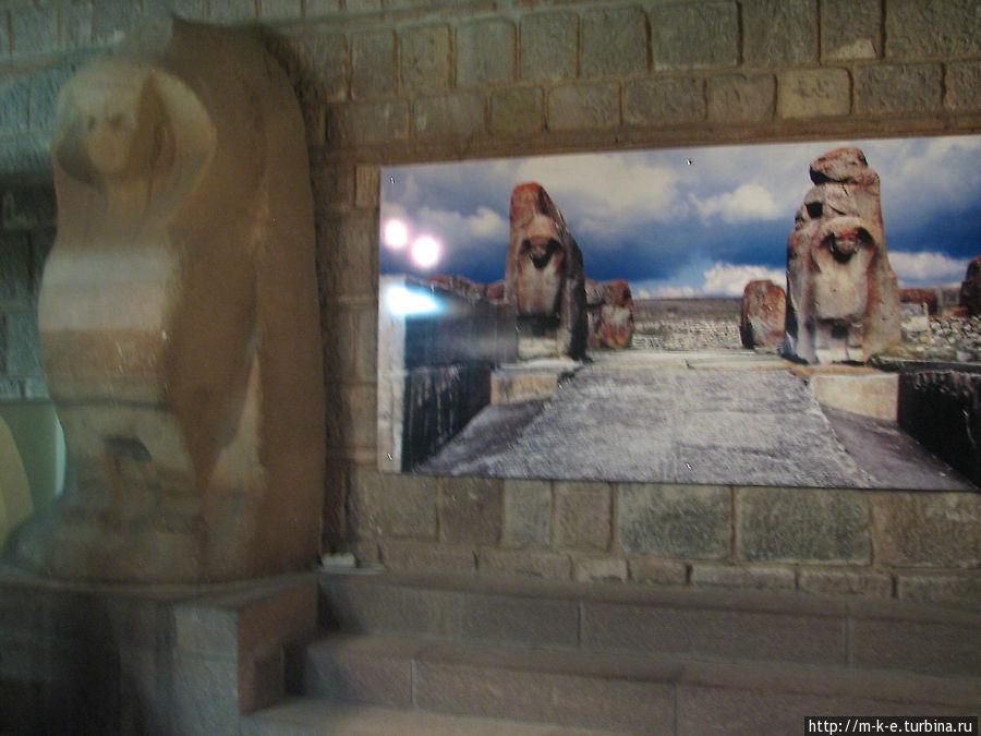Лев и сфинкс с городских ворот города Хаттус
