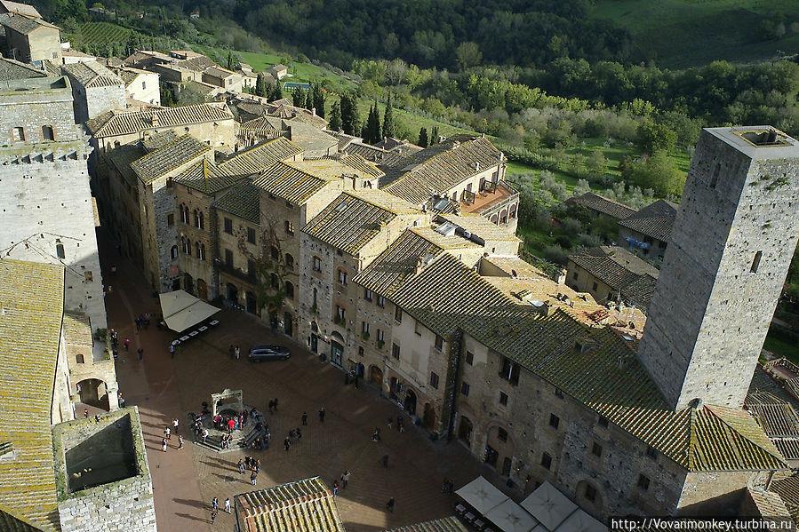 Вид на площадь Piazza dell Cisterna с башни Гросса. Джелатерия Дондоли прямо нами, на переднем крае фото, её, конечно не видно, но для ориентировки будет не лишним.