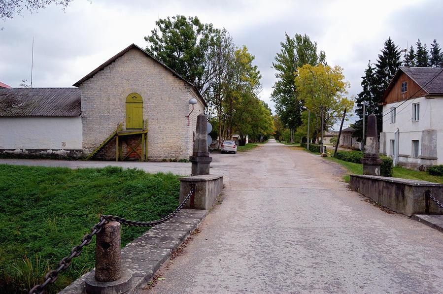 В поселке рядом с замком