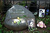 Евгений Дворжецкий — один из самых моих любимых актеров, уход которого вызвал у меня реальную боль... И сейчас снова ее, эту боль испытала, глядя на неухоженную, заросшую сорняками, могилу