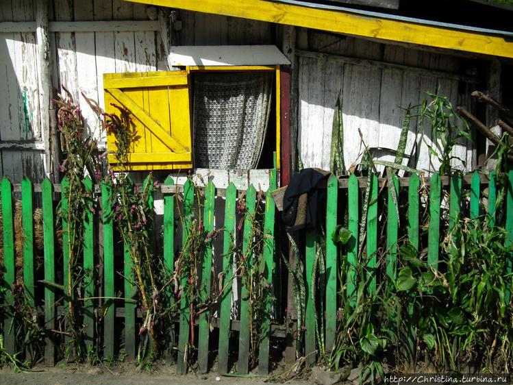 Живописное окошко и забор