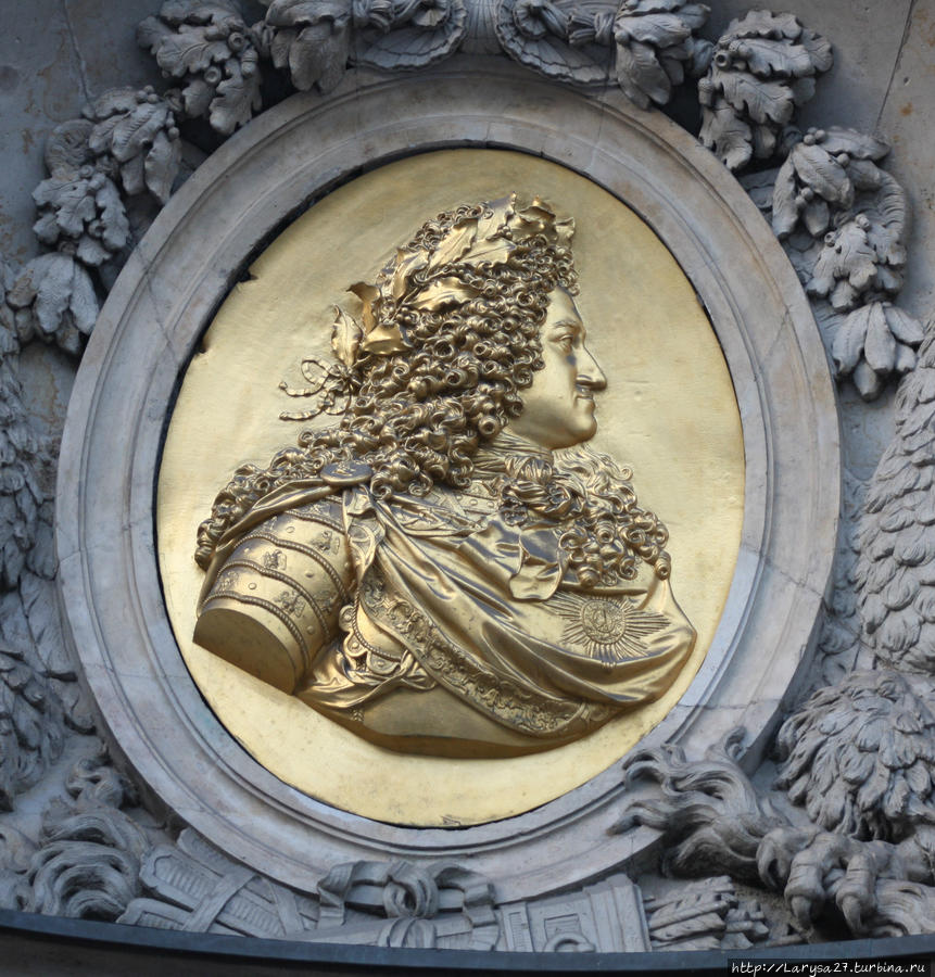 Медальон над главным порталом с портретом Фридриха I