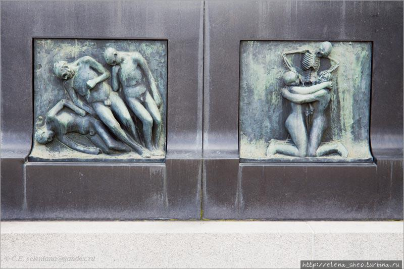 26. Их много разных. Вот, например, два. Справа смерть разлучает двух любящих, а они в отчаянии цепляются друг за друга. Слева тоже ясно, что происходит.