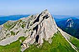 Западная вершина, на заднем плане слева, еле различимы гора Фишт (2867м) и гора Оштен (2804м).