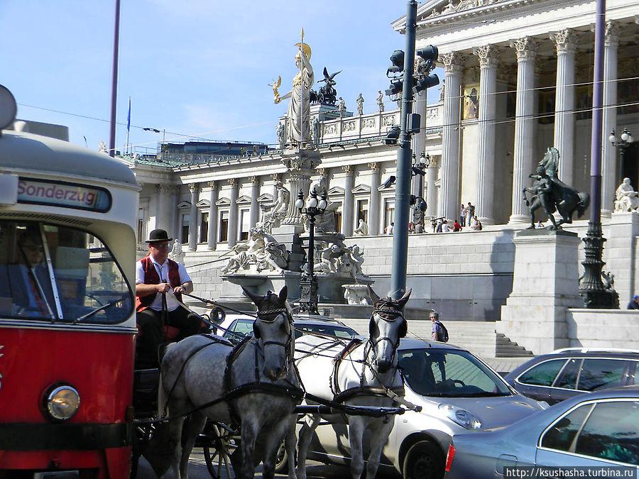 Трамвай, фаэтон и автомобили выстроились по-росту на светофоре : )