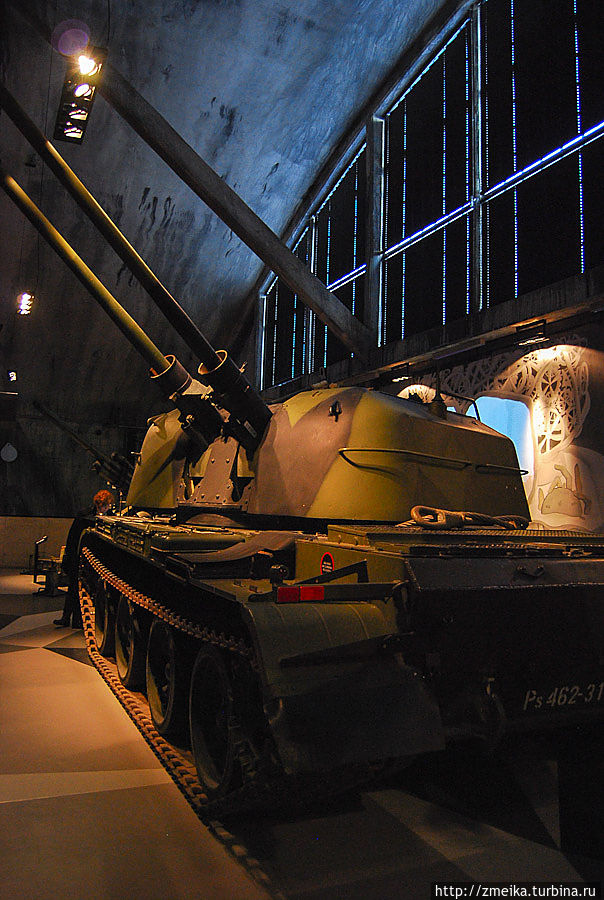 Сюда же в музей затесались танки.