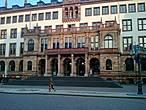 Там много исторических зданий и маленьких улочек со множеством ресторанов и кафе.