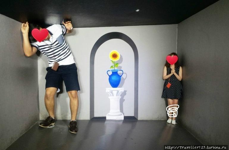 Наши корейские друзья попросли зацензурить их лица ( что мы и сделали). Вообще это один из самых интересных экспонатов.