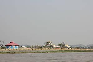 А это казино находится уже на территории Лаоса!