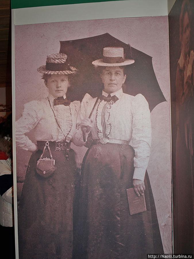 Фотогрвфия в натуральный рост в Музее. Так и не поняла, это сестры или Марина с кем-то еще.