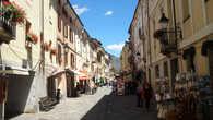 Сейчас он больше является туристическим звеном в цепи горно-лыжных курортов, центром региона Valle d'Aosta и перевалочным пунктом по дороге в Шамони из Милана.