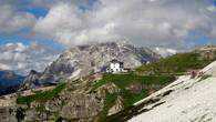 Остановитесь в Канацеи, прогуляйтесь на перевал Passo Pordoi (на него можно и на автобусе доехать), затем поднимитесь пешком по