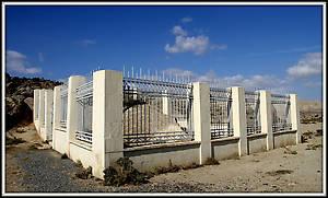 Эта каменная плита обнесен такой вот оградой.