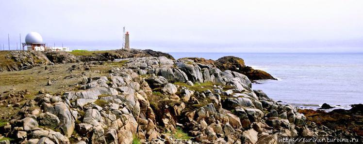 Вдали видны маяк и станци