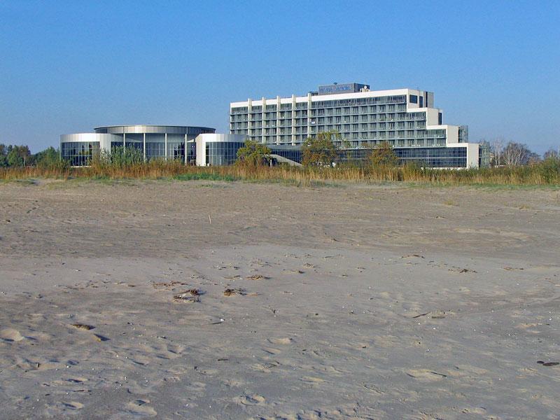 Слева — аквапарк, справа — отель